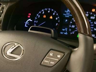 Lexus LS 600h L - приборная доска